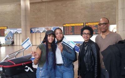 La famille Camara à l'aéroport Ben Gurion (Crédit : JTA)