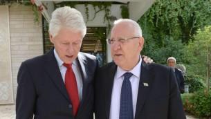 L'ancien président américain Bill Clinton et le président Reuven Rivlin à Jérusalem, le 30 octobre 2015. (Crédit : GPO)