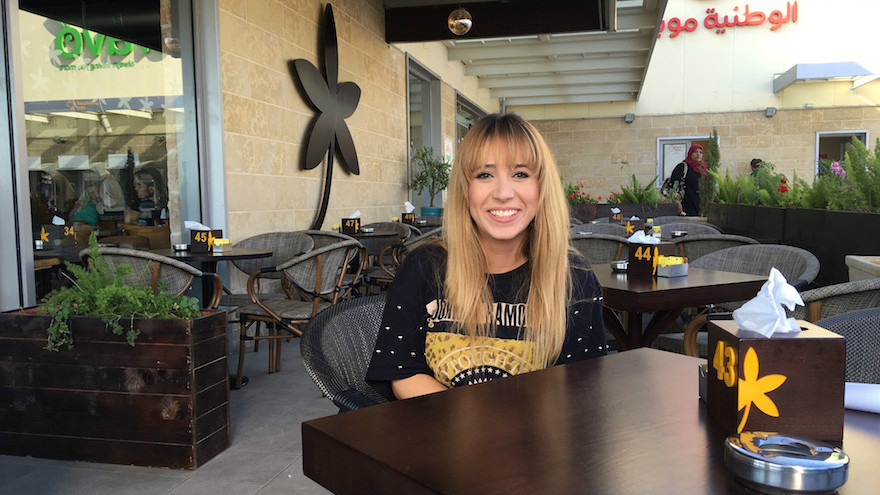 La serveuse Nagla Aburous assise au Jasmine Cafe à Naplouse avant de commencer son travail, le 18 septembre 2016 (Crédit : Andrew Tobin)