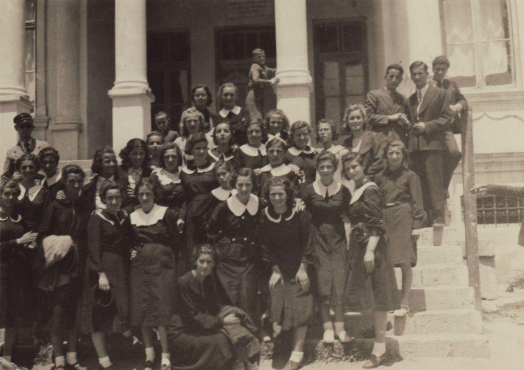 Lena Elias, la mère du réalisateur Lawrence Russo au lycée en 1938. Elle est devant, au centre, avec un large col blanc, et enlace une jeune fille qui appuie ses mains sur ses genoux. (Capture d'écran)