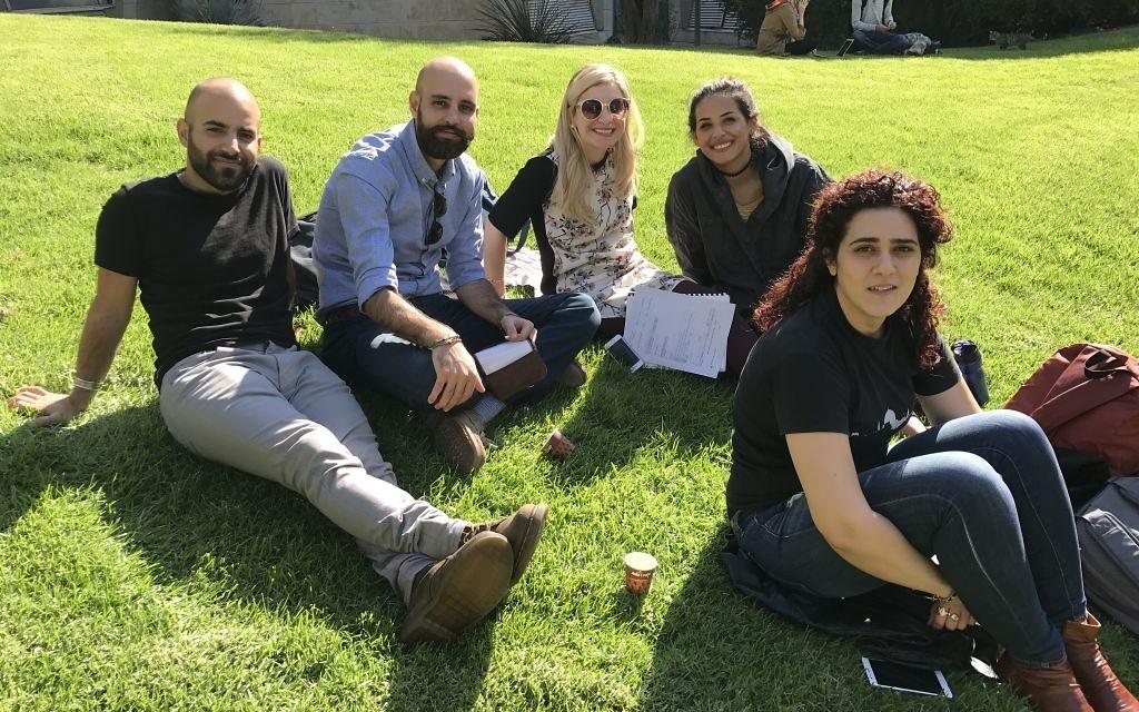 De gauche à droite: Maor Seri, Ahmed Fahoum et des amis suspendus sur le campus de l'Université hébraïque de Jérusalem, le 6 novembre 2016. (Crédit : Andrew Tobin/JTA)