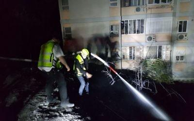 Des agents de ZAKA aident les pompiers à Haifa, le 25 novembre 2016 (Crédit : Roi Levi)
