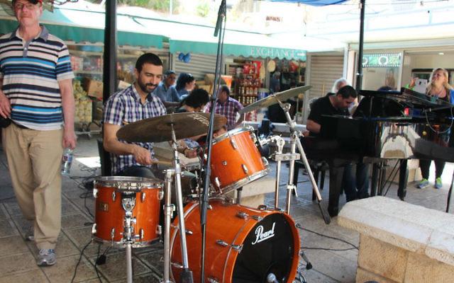 Des musiciens s'installent dans le marché de Wadi Nisnas, à Haïfa, tous les vendredis de décembre. (Crédit : autorisation de Yifat Bar Lev)