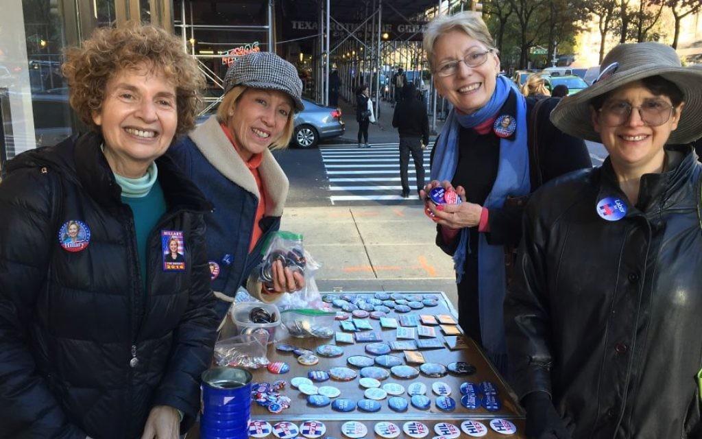Karen Terban (à gauche) et ses collègues qui soutiennent Hillary et qui vendent des pins sur un trottoir de l'Upper West Side lundi après-midi, le 7 novembre 2016 (Crédit : Jessica Steinberg / Times of Israel)