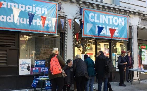 Faire campagne pour Hillary en dehors de son quartier général de l'Upper West Side lundi (Crédit : Jessica Steinberg / Times of Israel)
