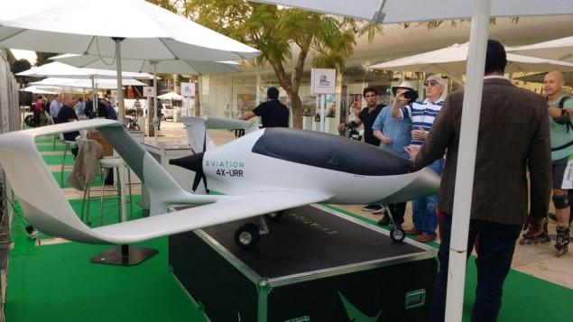Le modèle d'avion électrique EViation au sommet Israel Fuel Choices Initiative de Tel Aviv, le 3 novembre 2016. (Crédit : Melanie Lidman/Times of Israel)