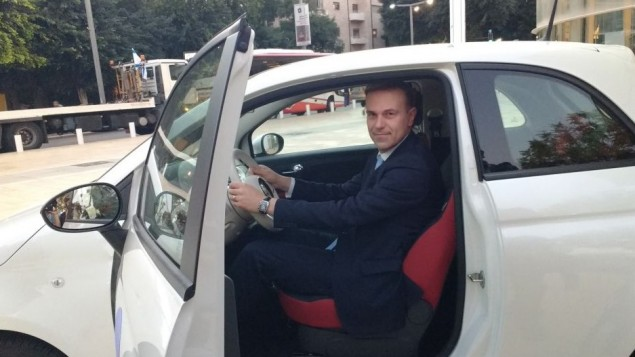 Virgilio Cerutti, vice-président en charge du développement commercial de Fiat Chrysler Automobiles, dans une Fiat 500 qui roule au gaz mélangé par l'éthanol, au sommet Israel Fuel Choices Initiative à Tel Aviv, le 3 novembre 2016. (Crédit : Melanie Lidman/Times of Israel)