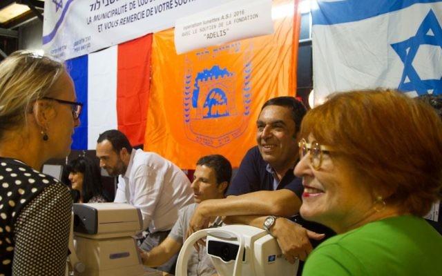 Photo prise pendant l'Opération lunettes du cœur 2016 (Crédit : Marine CROUZET, ambassade de France en Israël)