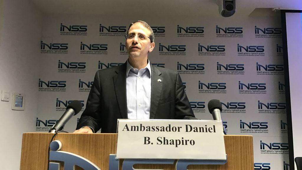 Daniel Shapiro, l'ambassadeur des États-Unis en Israël, parlant à l'Institut d'études de sécurité nationale à Tel Aviv, le 9 novembre 2016 (Crédit : Andrew Tobin / JTA)