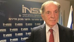 Itamar Rabinovitch, l'ancien ambassadeur israélien aux États-Unis, à l'Institut d'études sur la sécurité nationale à Tel-Aviv, le 9 novembre 2016 (Crédit : Andrew Tobin / JTA)