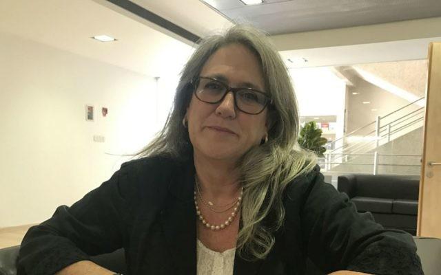 La chercheuse Emily Landau à l'Institute for National Security Studies à Tel Aviv, le 9 novembre 2016. (Crédit : Andrew Tobin / JTA)