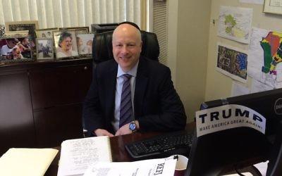 Jason Dov Greenblatt, avocat en droit de l'immobilier de Donald Trump et juif orthodoxe, est l'assistant spécial du président américain et son envoyé pour les négociations internationales. (Crédit : Uriel Heilman/JTA)