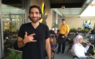 Propriétaire John Saadeh à l'extérieur du Jasmine Cafe dans la ville de Naplouse en Cisjordanie, 18 septembre 2016 (Crédit : Andrew Tobin)