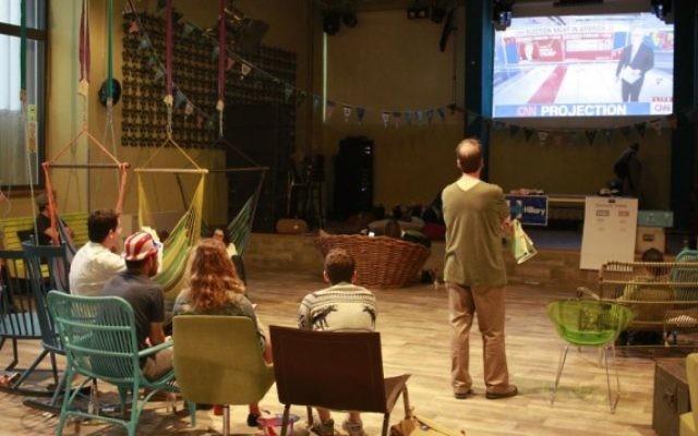 Les partisans de la candidate démocrate Hillary Clinton observent les résultats de l'élection américaine de 2016 à l'auberge Abraham Hostel de Tel Aviv le 9 novembre 2016. (Judah Ari Gross / Times of Israel)