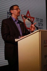 L'ambassadeur des États-Unis en Israël, Dan Shapiro, lors de ka cérémonie de pose de la nouvelle banque de sang du Magen David Adom à Ramle, le 16 novembre 2016 (Crédit : Judah Ari Gross / Times of Israel)