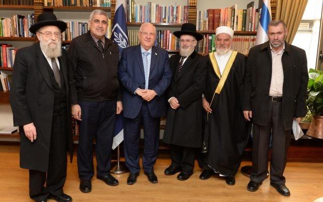 Le président Reuven Rivlin entouré de dirigeants religieux juifs et musulmans, à la résidence présidentielle de Jérusalem, le 29 novembre 2016. (Crédit : Mark Neiman/GPO)