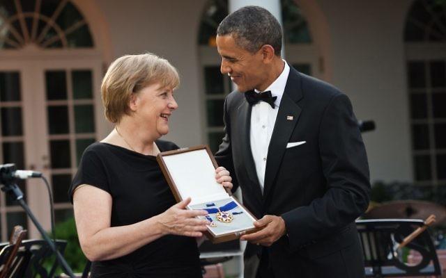 Barack Obama présente la Médaille de la Liberté à Angela Merkel (Crédit : domaine public)