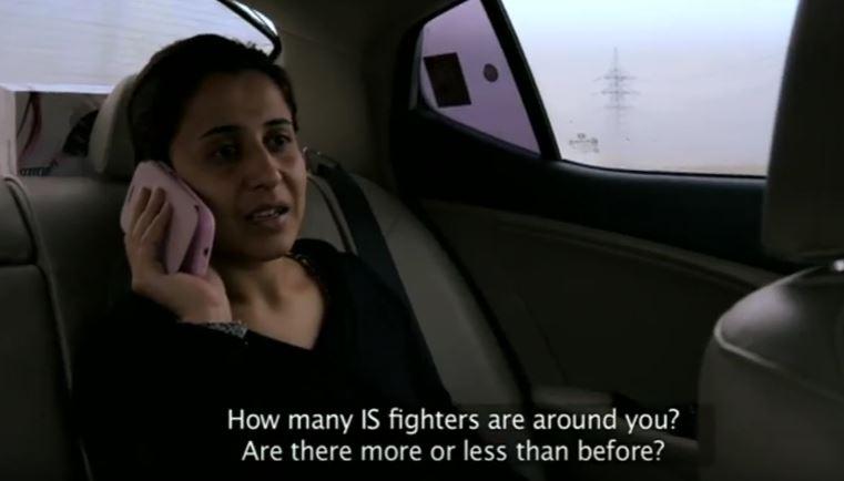 """Nareen Shammo tentant de joindre 'une femme kidnappée qu'elle essaie de sauver, seulement pour se rendre compte qu'un combattant de l'EI a confisqué le téléphone dans un extrait du documentaire de la BBC """"Les esclaves du califat"""", diffusé le 22 janvier 2015 (Crédit : Capture d'écran YouTube)"""