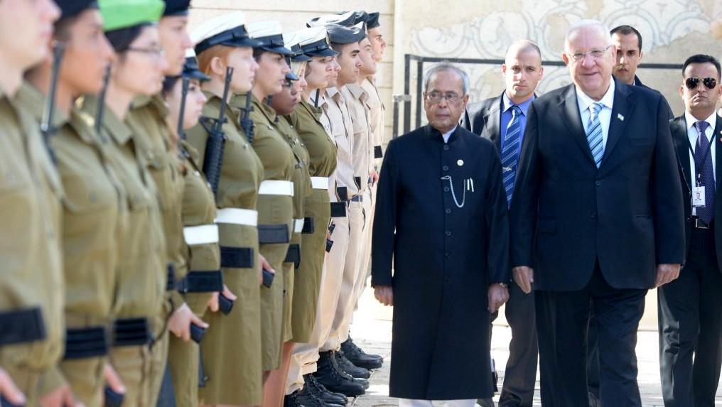 Le président indien Pranab Mukherjee, à gauche, inspecte les troupes israéliennes avec le président Reuven Rivlin pendant la première visite officielle en Israël d'un dirigeant indien, le 14 octobre 2015. (Crédit : Mark Neyman/GPO)