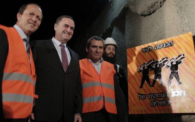 """De gauche à droite, la maire de Jérusalem Nir Barkat, le ministre des Transports et des Renseignements Yisrael Katz et le ministre de Jérusalem et du Patrimoine Zeev Elkin lors de la cérémonie de la pose de la première pierre du projet """"City Gateway"""" à Jérusalem, le 8 novembre 2016 (Crédit : Tomer Zmora)"""