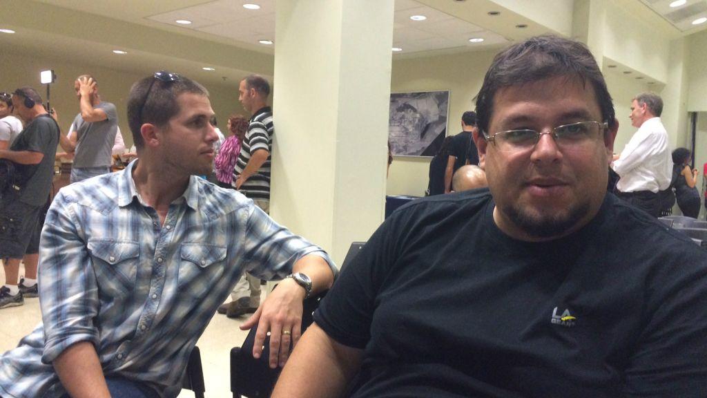 Oded Solomon (à droite) lors de la réunion de réinstallation d'Ogen à Herzliya, le 13 septembre 2016 (Crédit : Autorisation Shoshanna Solomon)
