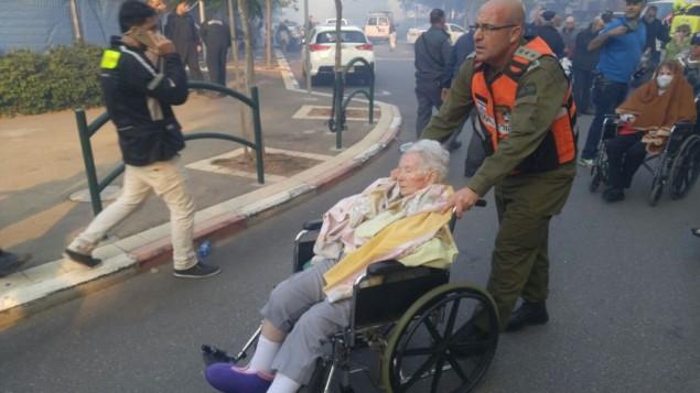 Des troupes du Front de la Défense passive de l'armée israélienne participent à l'évacuation de Haïfa après les incendies massifs qui font rage dans la ville, le 24 novembre 2016. (Crédit : unité des porte-paroles de l'armée israélienne)
