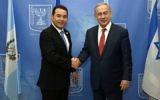 Le Premier ministre Benjamin Netanyahu (à droite) et le président du Guatemala, Jimmy Morales, dans les bureaux du Premier ministre à Jérusalem, le 29 novembre 2011. (Crédit : Haim Zack/GPO)
