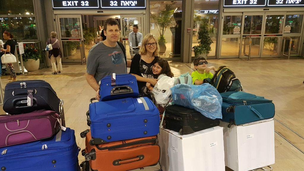Zivan et Carmit Ori le jour de leur départ d'Israël avec leurs 2 enfants, en juillet 2016 (Crédit : Autorisation)