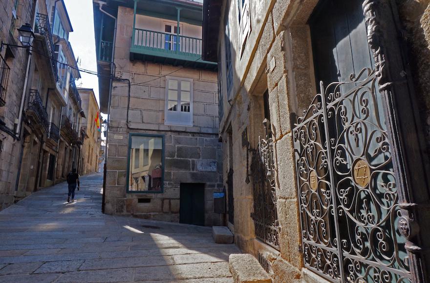 La vielle synagogue de Ribadavia, en Espagne, le 24 septembre 2016. (Crédit : Cnaan Liphshiz/JTA)