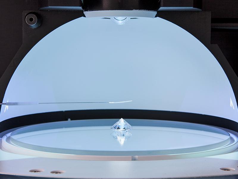 Un diamant dans une des machines de Sarine (Crédit : Autorisation)