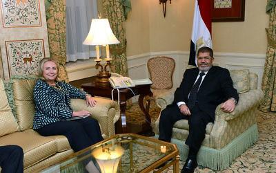 Hillary Clinton, alors secrétaire d'Etat, rencontre le président égyptien Mohammed Morsi à New York, le 24 septembre 2012. (Crédit : Département d'Etat des Etats-Unis/Domaine public/WikiCommons)