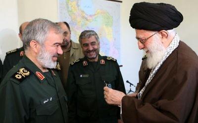 Le guide suprême iranien Ali Khamenei, à droite, avec le général de brigade Ali Fadavi et d'autres commandants du Corps des Gardiens de la Révolution islamique, après l'arrestation de soldats américains dans le Golfe persique en janvier 2016. (Crédit : Wikimedia Commons)