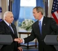Le président américain George W.Bush et le Premier ministre Ariel Sharon, à la Maison Blanche, en avril 2004. (Crédit : Maison Blanche/Wikimedia Commons)