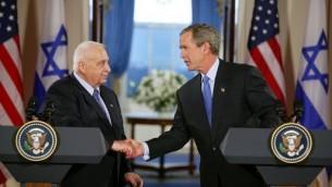 Le président américain George W.Bush et le Premier ministre Ariel Sharon, à la Maison Blanche en avril 2004. (Crédits : White House/Wikimedia Commons)