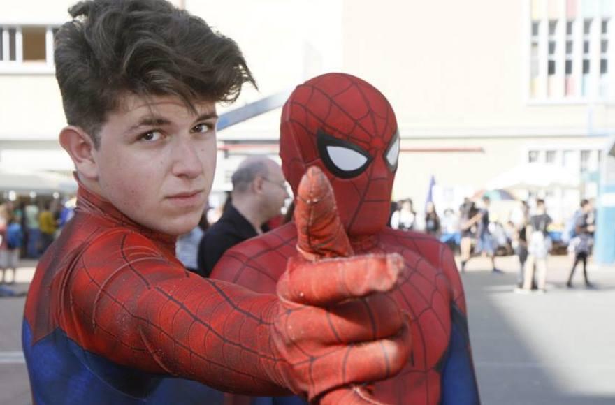 Deux jeunes hommes portant des costumes de Spider-Man au Festival Icon, le 19 octobre 2016 (Crédit : Dan Ofer / JTA)