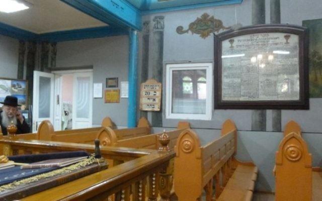La synagogue du rabbin Noah Kofmansky, l'une des deux de  Chernivtsi, a été continuellement ouverte depuis sa fondation il y a presque 100 ans - même si elle est restée sans rabbin jusqu'à  1992. ( Crédit : Julie Masis/Times of Israel)