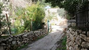 HaMayan street à Ein Kerem. Ce charmant quartier, qui abrite des ateliers est des sites religieux, est dorénavant une destination prisée par les touristes internationaux.  (Crédit : Shmuel Bar-Am)