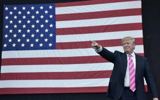 Le candidat républicain à la présidentielle Donald Trump arrive à un rassemblement organisé au Spooky Nook Sports center à Manheim, en Pennsylvanie, le 1er octobre 2016 (Crédit : AFP Photo/Mandel Ngan)
