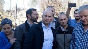 Naftali Bennett, au centre, à l'implantation  Halamish le 27 novembre  2016. (Crédit : AFP/MENAHEM KAHANA)