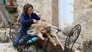 Le tressage de panier, à BeHefetz Kapea, s'inspire de l'artisanat biblique traditionnel (Crédit : Shmuel Bar-Am)