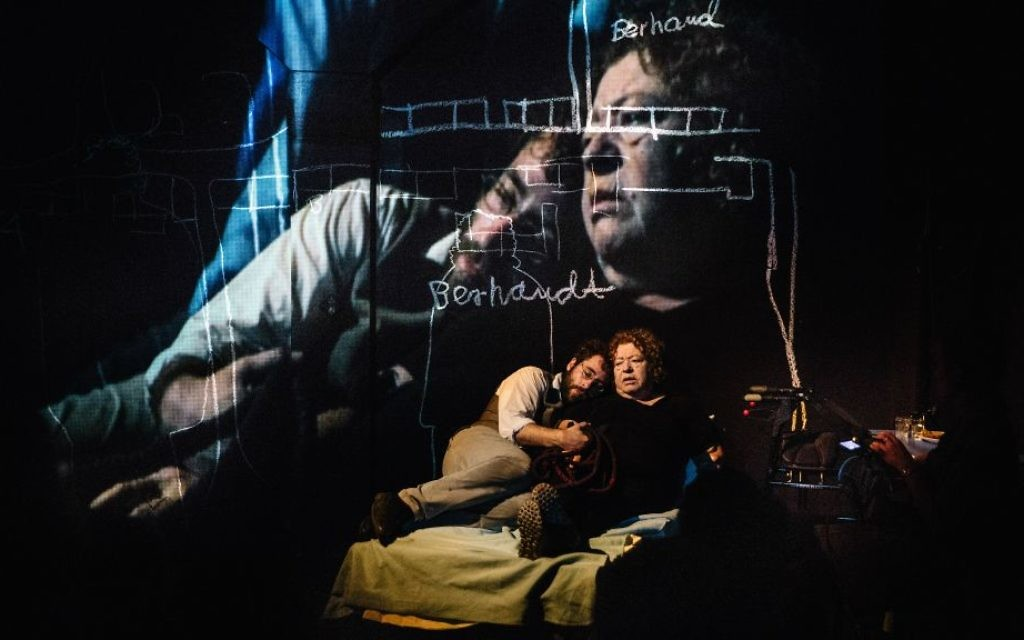 Michael Rubenfeld aux côtés de  sa mère Mary Berchard dans  'We Keep Coming Back' (Crédit : Jeremy Mimnagh)