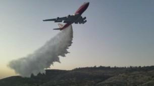 Le 747 Supertanker a aidé à éteindre un feu de forêt qui avait éclaté aux abords de Nataf, hors de Jérusalem, le 26 novembre 2016. (Crédit : Police d'Israël)