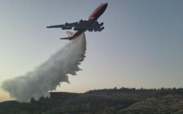 Le 747 Supertanker a aidé à éteindre un feu de forêt qui avait éclaté aux abords de Nataf, hors de Jérusalem, le 26 novembre 2016. (Crédit : police israélienne)