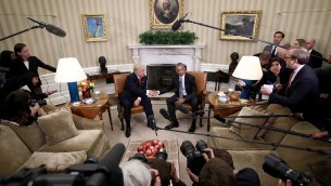 WASHINGTON, DC - 10 novembre : Le président Barack Obama (droite) serre la main du président élu (à gauche) à l'issue d'une réunion dans le Bureau Ovale, le 10 novembre 2016 à following a meeting in the Oval Office November 10, 2016 in Washington, . Trump devrait rencontrer les membres de la direction des Républicains au Congrès, plus tard dans la journée, au Capitole.   (Crédit : Win McNamee/Getty Images/AFP)