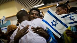 """Des familles éthiopiennes réunies, le 9 pctpbre 2016, alors que le premier groupe d'immigrants arrive à l'aéroport Ben Gourion depuis que le gouvernement a annoncé la """"fin"""" de l'Alyah éthiopien, en août 2013. (Crédit : Miriam Alster/Flash90)"""