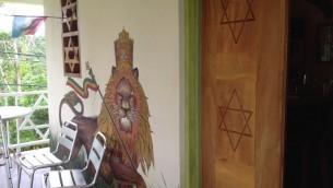 La pension du Lion House à Ochos Rios,  en Jamaïque. Le motif de l'Etoile de David est commun, car il s'agit d'un symbole rastafarien. (Crédit : Julie Masis/Times of Israel)