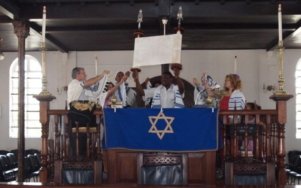 Des Jamaïcains convertis dans la synagogue  Shaare Shalom de Kingston ( Crédit: Courtesy)
