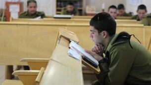 Des soldats israéliens de l'unité  'Nahal Haredi' étudiant sur la Base Militaire Peres, au nord de la Vallée du Jourdain  (Crédit : Yaakov Naumi/Flash90)