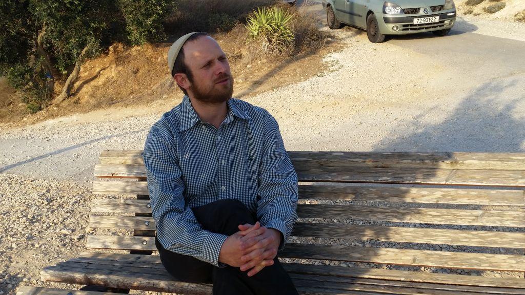 Le spécialiste de la Bible Eli Greenberg, près de sa maison de l'avant-poste de Cisjordanie d'Amona, en novembre 2016 (Crédit : Raphael Ahren/Times of Israel)