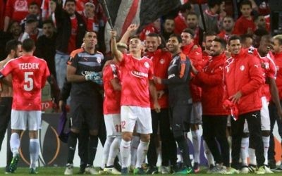 Les joueurs de l'équipe de l'Hapoel Beesheba fêtent leur victoire lors d'un match du groupe K en Ligue européenne de l'UEFA contre l'Inter Milan italien au Stade Turner Stadium de Beersheba, une ville au sud d'Israël, le 24 novembre 2016 (Crédit :(AFP/Gil Cohen-Magen)
